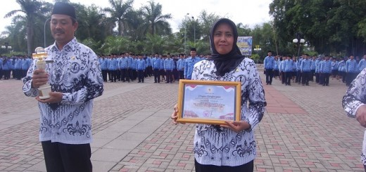 Penyerahan piagam penghargaan kepada kepala sekolah.